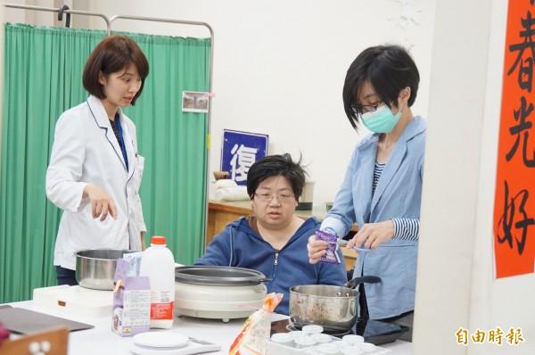 「單手廚房」雖然簡陋,但卻是中風患者回歸正常生活的重要中繼站。(記者詹士弘攝)