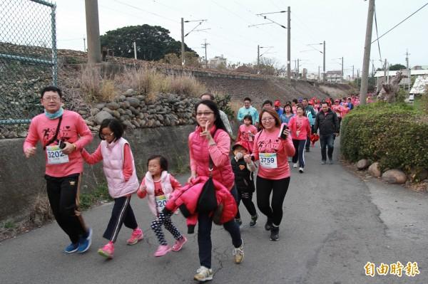去年清水馬拉松嘉年華路跑賽,吸引親子參加。(記者張軒哲攝)