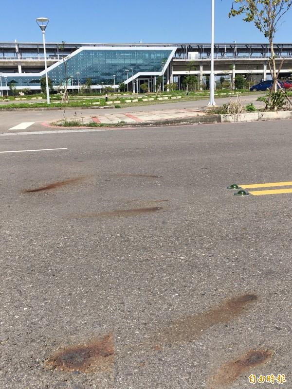 高鐵彰化站周邊道路,滿地盡是「鏽斑」,縣府證實道路鋪設的確有摻入「轉爐石」,也就是爐碴,是合法再生料,有穩定、耐用、耐磨、抗滑等優點。(記者顏宏駿攝)