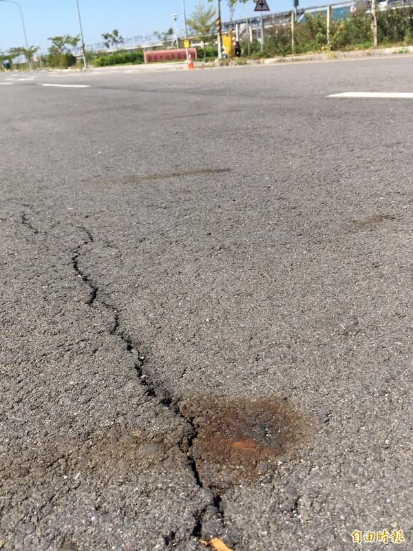 高鐵彰化站周邊道路滿地鏽斑,縣府說,路面不平整部分會被現勘,請包商整平。(記者顏宏駿攝)