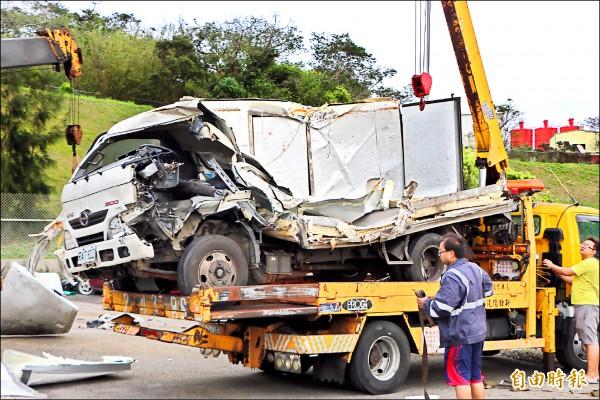 曾男駕駛的貨車嚴重毀損,曾男送醫也傷重不治。(記者鄭名翔攝)