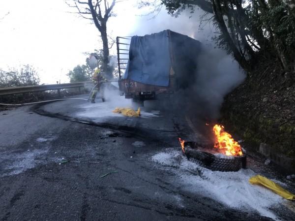 仁愛鄉台14甲線18.5K翠峰路段發生大貨車火燒車意外,現場冒出熊熊火焰。(圖:仁愛消防分隊提供)