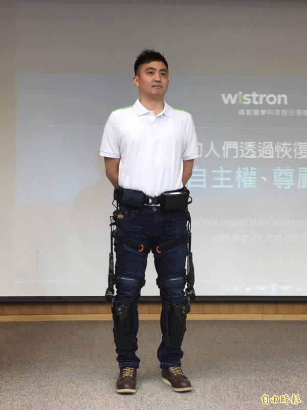 示範者穿著「智慧型動力式下肢外骨骼機器人」,重量約6.8公斤。(記者林惠琴攝)
