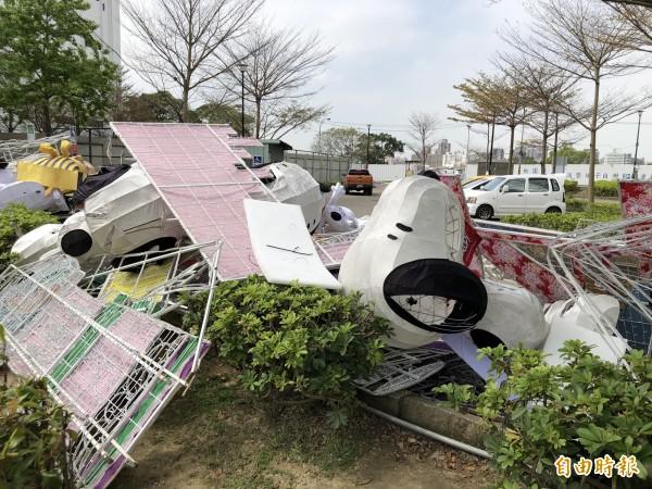 殘破的史努比成堆倒在三民運動公園。(記者陳昀攝)