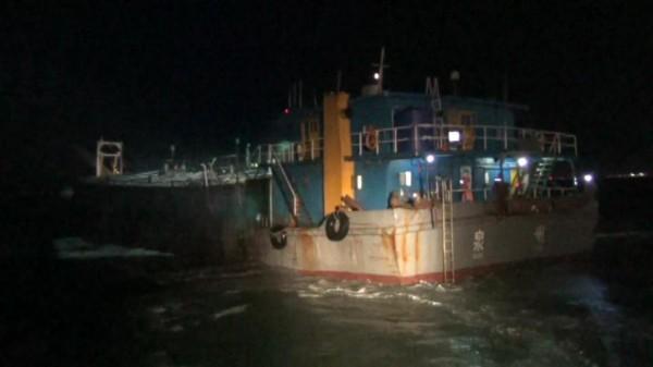 金門海巡隊去年在海上截獲越界作業的中國籍「順興929號」抽砂船。(金門海巡隊提供)