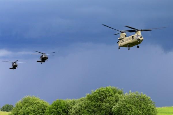 日本自衛隊昨日夜間進行飛行訓練時,重達30公斤的契努克直升機艙門突然掉落,所幸未造成人員傷亡。圖為同型號直升機。(法新社)