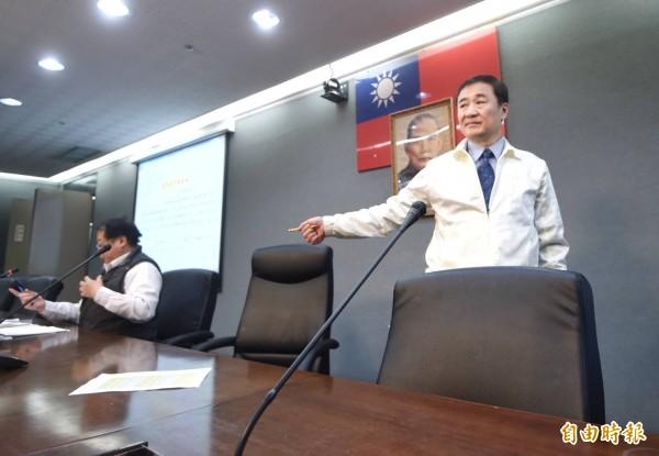 兼任北農董事長台北市副市長陳景峻(右)下午召開記者會說明休市處置,對總經理吳音寧未出席相當不滿。(記者方賓照攝)