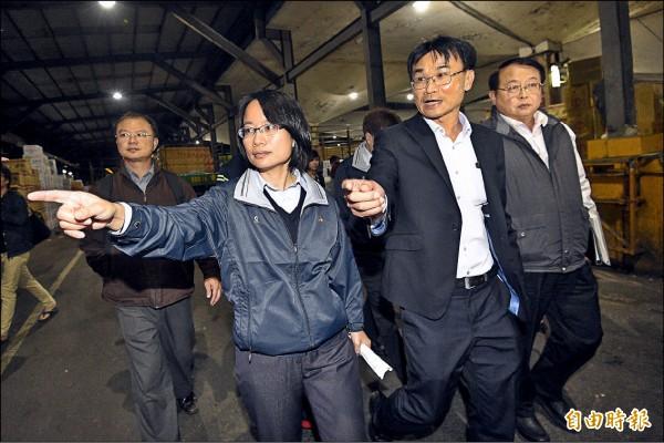 台北農產運銷公司總經理吳音寧(前排左)昨晚陪同農委會副主委陳吉仲(前排右),巡視台北市第一果菜批發市場。(記者陳志曲攝)
