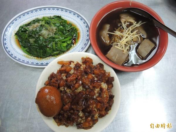 一碗羊肉湯、配上一碗魯肉飯和一碟燙青菜,就是香醇豐富的盛宴。(記者翁聿煌攝)