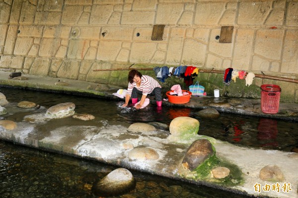 沙鹿區南勢溪因有自然湧泉,水質清澈,附近居民常在河裡洗衣,形成特殊的洗衣文化。(記者歐素美攝)