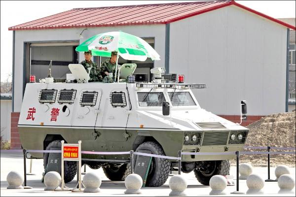 中國武警部隊駐守在新疆和田機場。(美聯社檔案照)