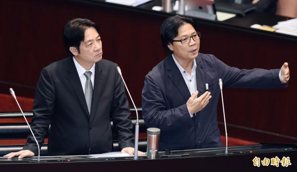 內政部長葉俊榮(右)指示警政署,須從制度面徹底檢討「家戶訪查」勤務。(資料照)