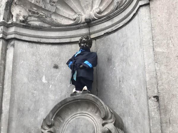 史上首次,國際知名景點尿尿小童7日變裝「台灣客家小童」,以深藍大襟衫現身。(中央社)