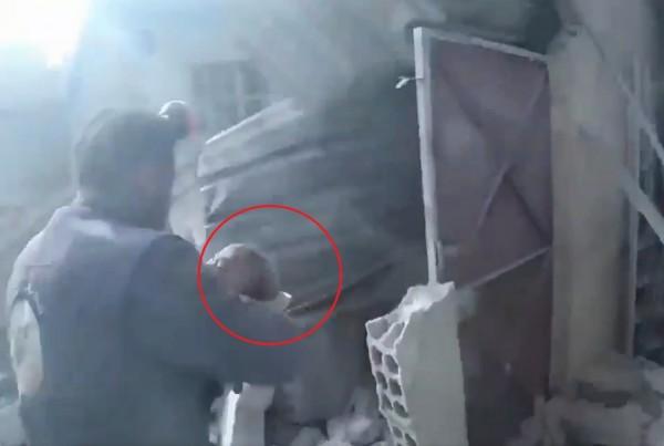 救援人員將女嬰迅速帶往安全地帶。(圖片擷取自@ismailSCD推特影片)