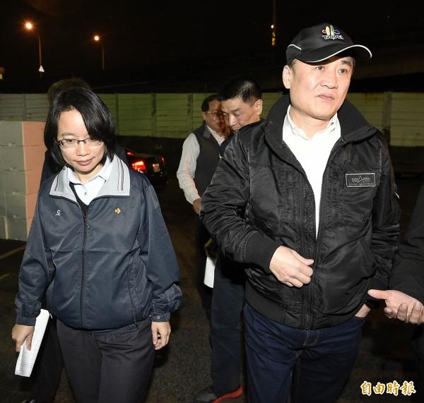 陳景峻(右)昨晚視察台北市果菜市場表示,對於休市風波造成農民恐慌,「這點北市府義不容辭,要對農民說聲抱歉」。(記者陳志曲攝)