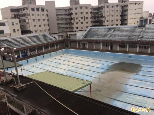 台東縣立游泳池設備老舊,縣府將興建圖書館及綜合體育館取得代。(記者張存薇攝)