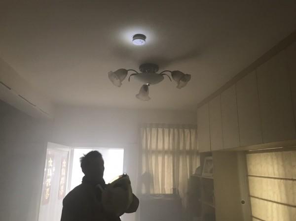 新竹縣發生數起住宅火警,幸因安裝住宅火災警報器(簡稱住警器)及時預警,而避免損傷擴大。(新竹縣消防局提供)
