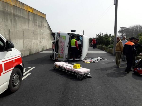 雲林幸福巴士翻車,車上6人受傷送醫,幸都無大礙。(民眾提供)