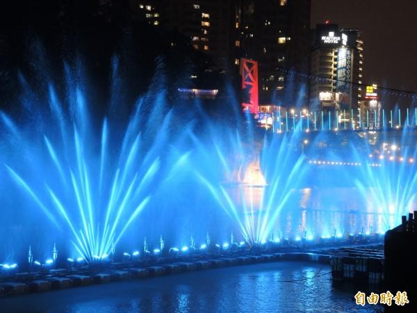 在碧潭吊橋的夜景陪襯下,水舞秀有如水中煙火。(記者翁聿煌攝)