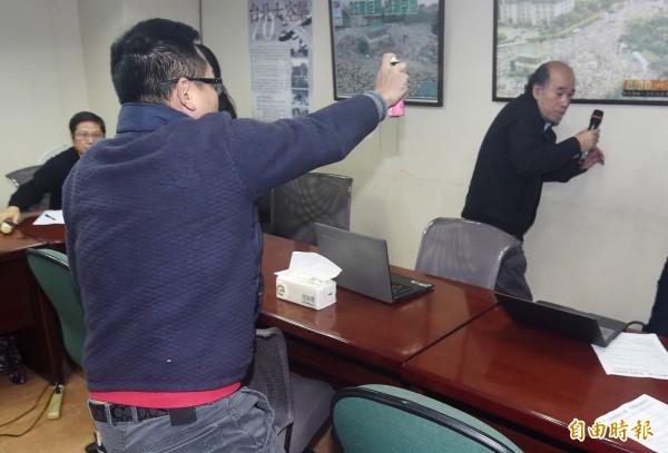 自由台灣黨主席蔡丁貴,今於慈湖潑漆行動說明記者會上,遭大陳島鄉情文化促進會理事長胡志偉(左)噴生髮劑。(記者廖振輝攝)