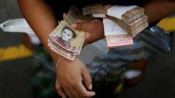 委國惡性通膨非常嚴重,黑市的貨幣匯率往往沒過幾天就貶值一倍。(路透)