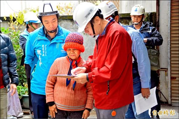台積電工程人員昨前往71歲施姓獨居阿嬤家進行修繕驗收,查看倒塌磚牆及破裂水管是否修復完善。(記者王峻祺攝)