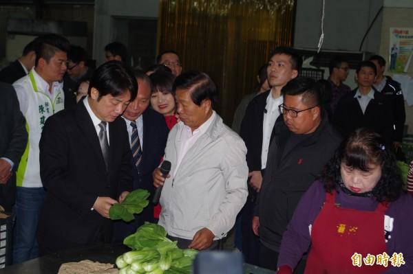 行政院長賴清德(左一)訪漢光果菜生產合作社,針對北農總經理吳音寧去留問題,表示尊重北農決定。(記者林國賢攝)