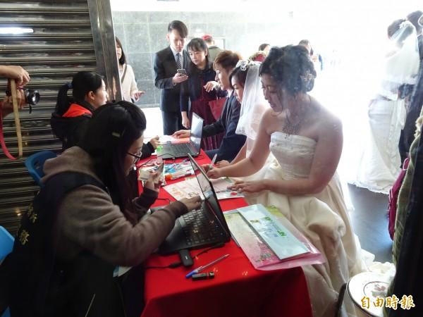 大甲戶所首創現場即時結婚登記。(記者張軒哲攝)