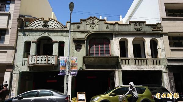王長發商號位於彰化市中正路,建於日治時期的3連棟建築,立面非常別緻。(記者劉曉欣攝)