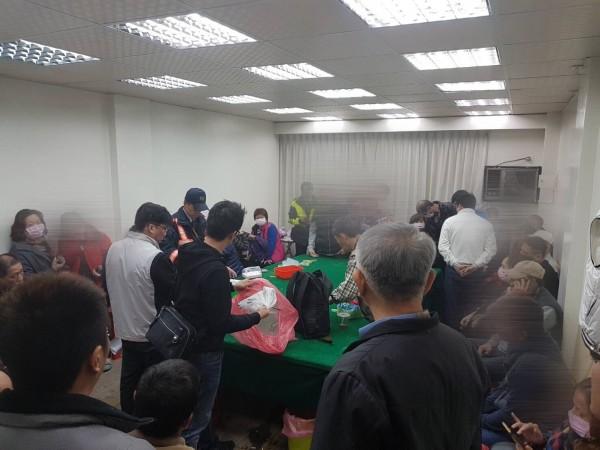 台南市警二分局幹員破獲賭場,逮補組頭及33名賭客。(記者王捷翻攝)