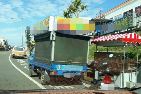公車停靠區遭長期擺攤,律師張怡提告竊佔。(記者蔡宗憲翻攝)