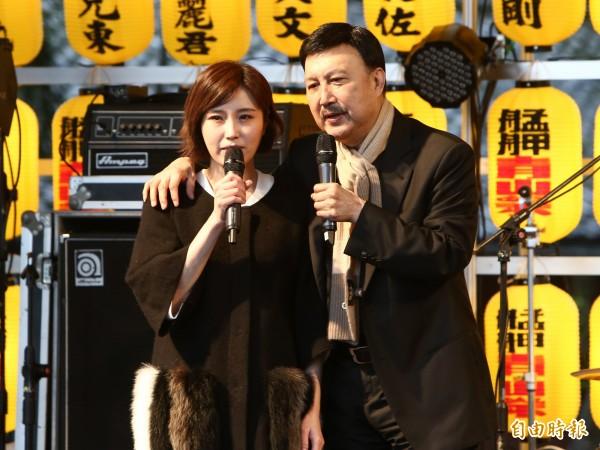 余筱萍參選北市議員,家人經常動員助陣,余天日前帶著余筱萍參加艋舺青山祭活動。(資料照)