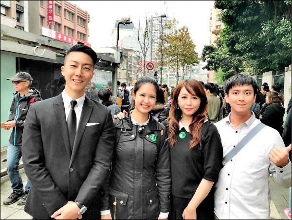 林亮君(左二)曾擔任簡余晏辦公室助理,將代表時力參選,獲簡余晏(右二)公開支持。(林亮君提供)