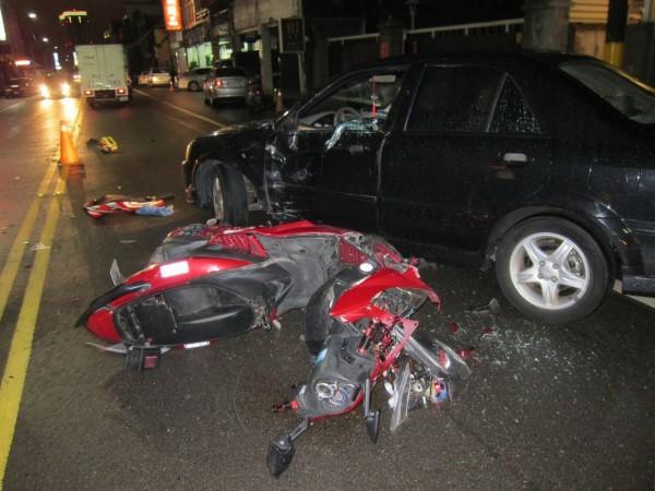 小客車駕駛溫男路邊停車時,與機車騎士張男碰撞,張男右腳骨折送醫,卻於38天後因肺栓塞不治,溫男被依過失致死罪嫌起訴。(記者彭健禮翻攝)