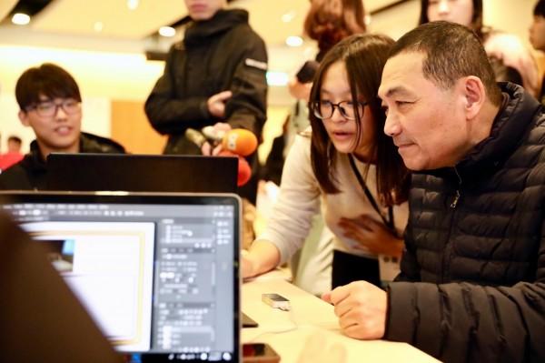 侯友宜今日到台北市參加裕隆集團舉辦的首屆「車客松」大賽,了解現場年輕創客的想法。(圖由侯友宜辦公室提供)