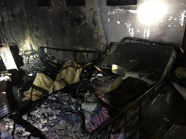 魯女住的小套房被燒得一片漆黑、窗戶爆裂。(記者陳昀翻攝)