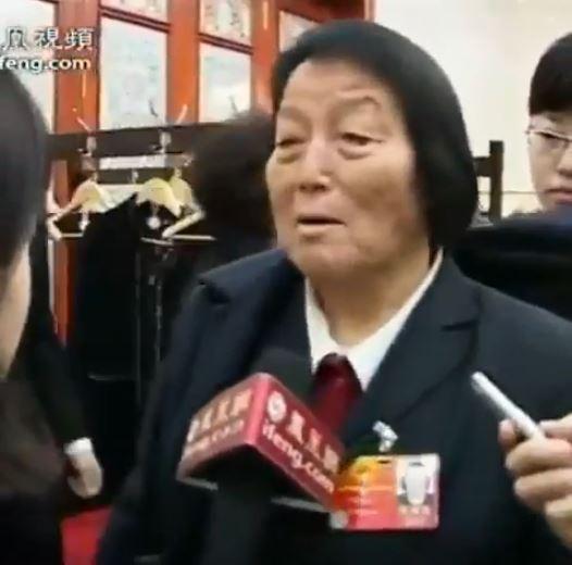 中國政府於近期內召開人民代表大會,高齡89歲,被諷為「舉手機器」的山西籍人大代表申紀蘭已連續就任13屆、64年的人大代表。(圖擷取自影片)
