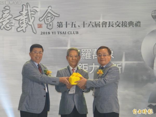 億載會第十五屆會長侯博明(左)把印信交接給第十六屆新會長、森鉅科技材料公司副董事長鄭憲堂(右)。(記者王俊忠攝)