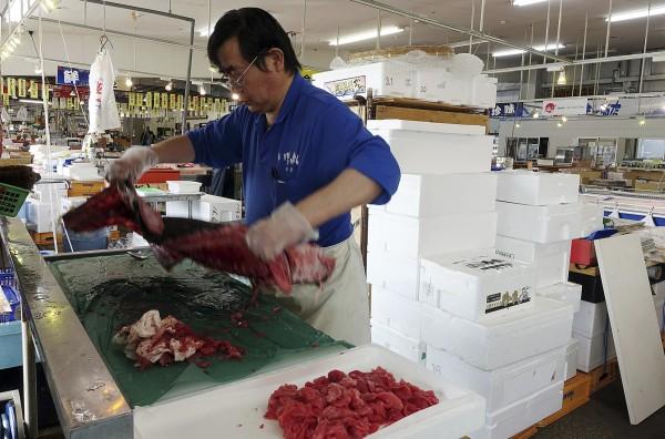 泰國曼谷11家日本料理店,原預計在本月10日至31日的展會上,使用福島縣產的比目魚,不過因為反彈過大,最後取消。日本漁獲示意圖。 (資料照,美聯社)