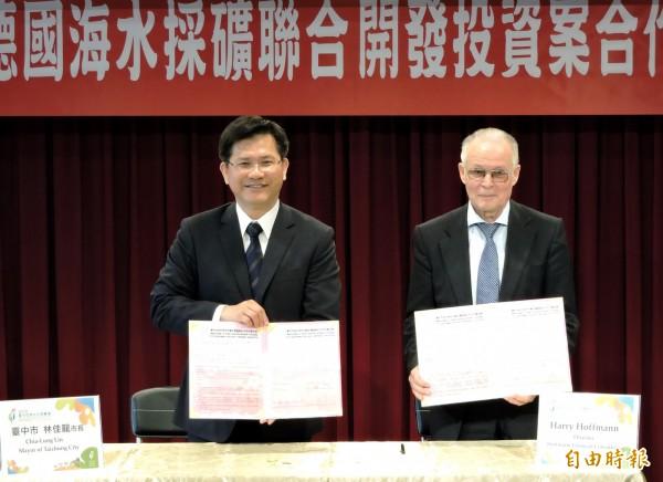 台中市長林佳龍(左)與德國霍夫曼諮詢公司總裁哈利霍夫曼3月6日簽訂合作備忘錄。(資料照,記者張菁雅攝)