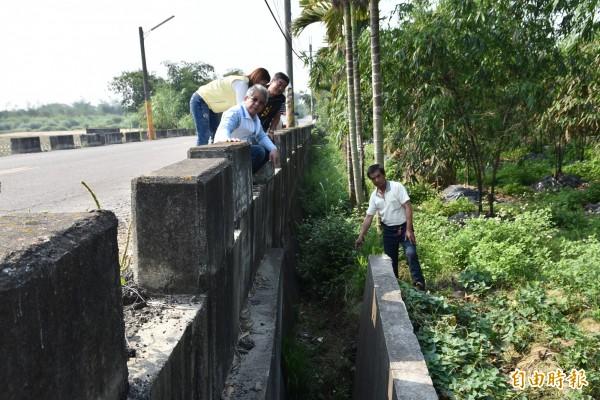 斗南新南里泰山路旁的排水溝中間一段約60公尺竟消失多年,造成緊鄰數公頃農田遇雨就積水。(記者黃淑莉攝)
