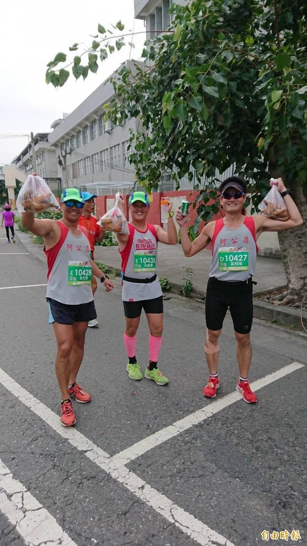 去年虎尾馬拉松出現帶全雞跑馬拉松的畫面,今年有人推出「虎馬第一屆烤雞馬拉松」噱頭十足。(記者廖淑玲攝)