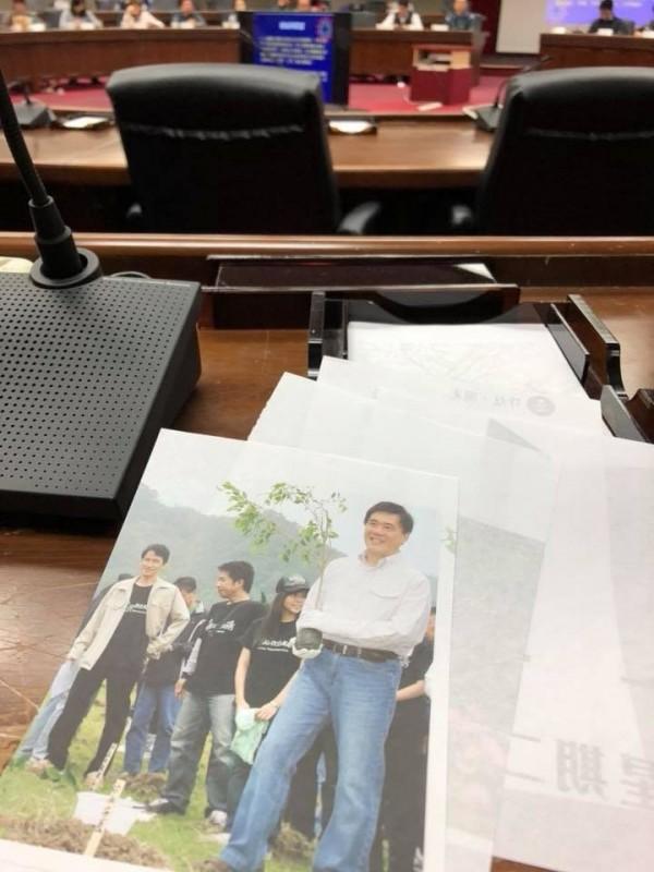 幕僚表示,北市府連便條紙都不購買新品,而是用未發送出去的文宣品。(圖片取自「吳國譽」臉書)