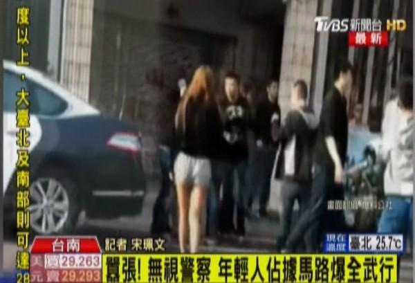 台南市今天傳出當街上演酒後鬥毆事件。(圖擷自TVBS)