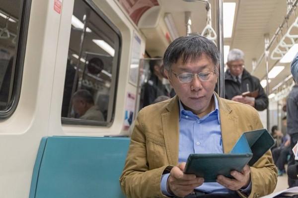 為鼓勵民眾多搭乘大眾交通工具,台北市長柯文哲與新北市長朱立倫昨共同宣布自4月16日起推出1280元定期月票,30天內可無限次搭乘捷運、公車,而且在台北市借YouBike前30分鐘免費。(圖擷自柯文哲臉書)