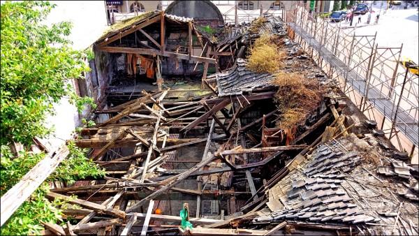 三井倉庫修復前屋頂完全腐壞塌陷。(台北市文化局提供)