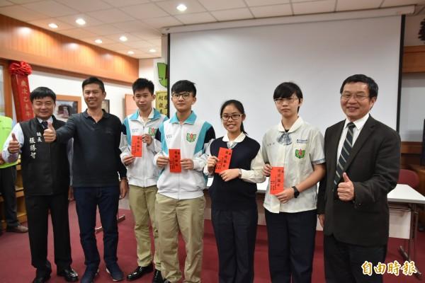 大學繁星入學放榜,北港高中表現優異,學校頒發獎學金給上榜的學生。(記者黃淑莉攝)