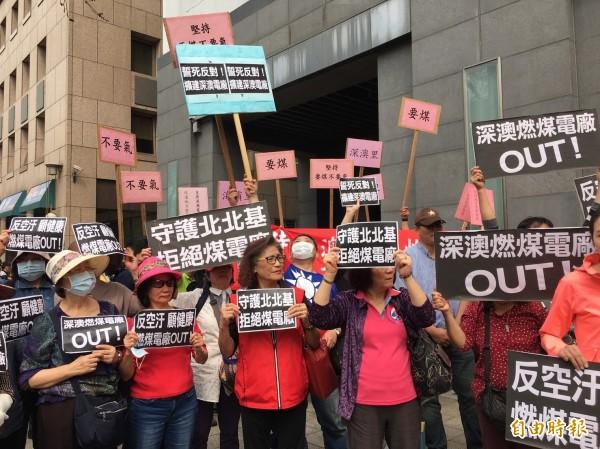 支持與反對深澳電廠的民眾短兵相接。(記者楊綿傑攝)