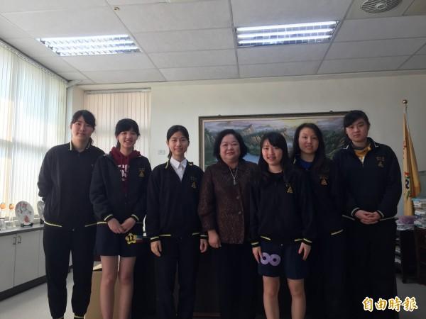 新竹市明星高中新竹女中今年有22人繁星錄取國立大學,並有3人通過醫學系第一階段,其中錄取台大有2人,校長呂淑美肯定錄取台大及醫學系學生的表現。(記者洪美秀攝)