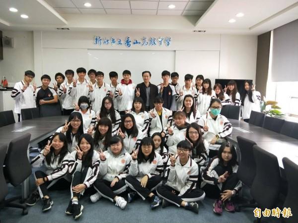 新竹市立香山高中今年大學繁星有35人錄取,錄取率達7成,國立大學14人,學生表現優異,校長謝大才肯定學生的表現。(記者洪美秀攝)